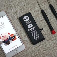 老iPhone续航不给力却没钱换新机??#32422;?#21160;手换块高容量电池
