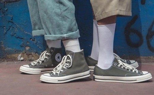 「事兒」被嫌棄的國產臭腳鞋!當年5元雜貨如今歐美暴漲100倍,你爹媽曾經都穿過...