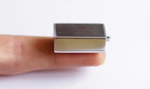 利用手机充电的手电筒,只有指甲盖大小!
