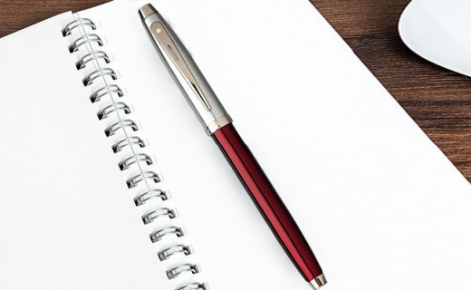 犀飛利簽字筆:樹脂筆桿出墨均勻,流線造型精致不凡