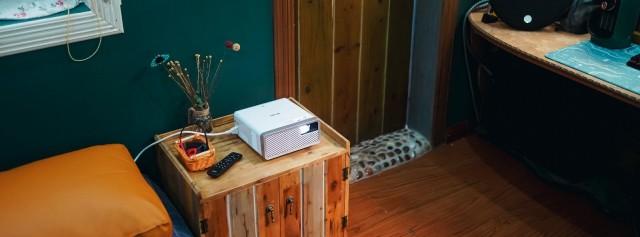 「體驗」白天晚上都能用的投影機!天花板化身幕布大片躺著看!