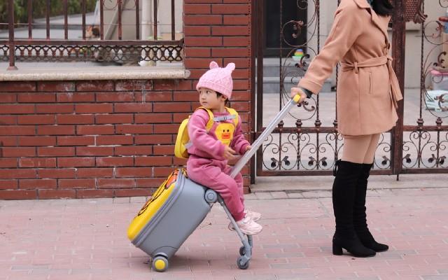 遛娃車與拉桿箱的結合,解決帶娃出行問題|大黃鴨兒童旅行箱體驗