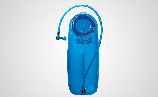 汽車壓不壞的戶外水袋,輕咬就能補充水分