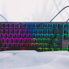 原廠櫻桃軸+殺馬特式燈光秀,杜伽K320機械鍵盤值嗎?