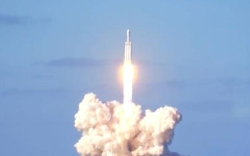 """今天,""""個體戶""""馬斯克給上帝刷了火箭和跑車...."""