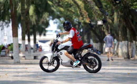 200km續航電動車界的超跑,被他玩成了越野摩托