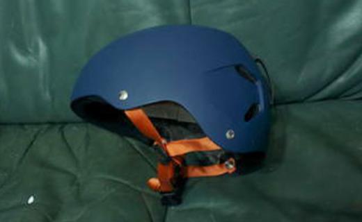 Bern Macon滑雪頭盔:PC+ABS混合盔體,輕量堅固耐撞擊