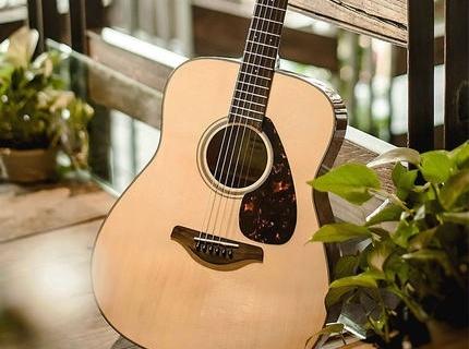 雅馬哈FG800民謠吉他:全新設計扇形音梁,演奏手感出色