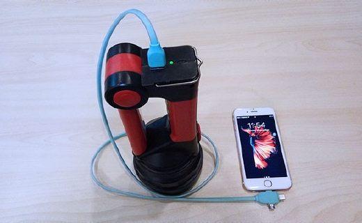 能当台灯的手电筒,还能给手机充电!
