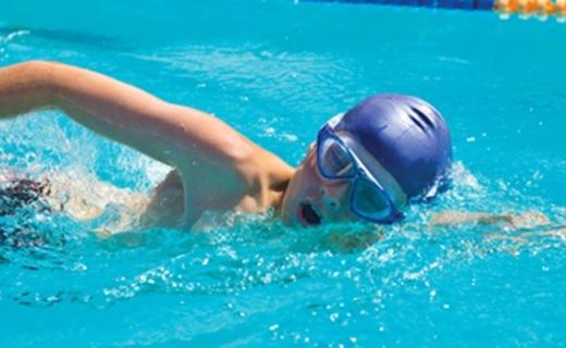 Zoggs Tri Vision泳鏡:彎曲鏡片視野廣,不起霧還防紫外線