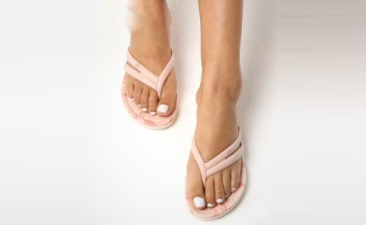 Grendha人字拖:不對稱鞋帶別具一格,精致花紋別樣風情