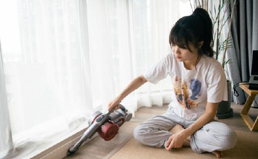 連寶寶都能獨立操作的上手把手持無線吸塵器,輕松還您整潔的家!