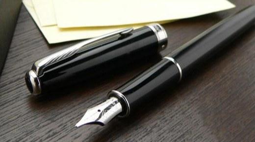 派克十四行詩鋼筆:深黑漆處理金色邊飾,鍍金筆尖彰顯尊貴