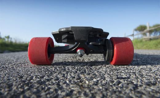 用手柄控制的电动滑板,还能折叠放进背包
