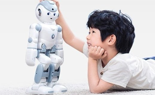 优必选家庭智能机器人:语音智能?#25442;ィ?#20256;感器?#25237;?#26426;完美融合