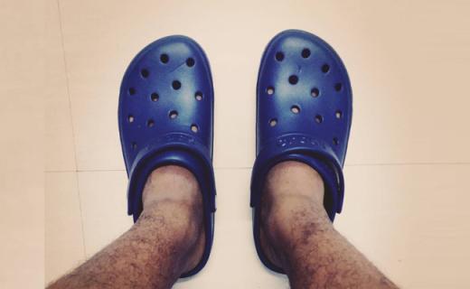 卡洛馳涼鞋:獨特樹脂材料貼合腳型,帶來全天舒適按摩感