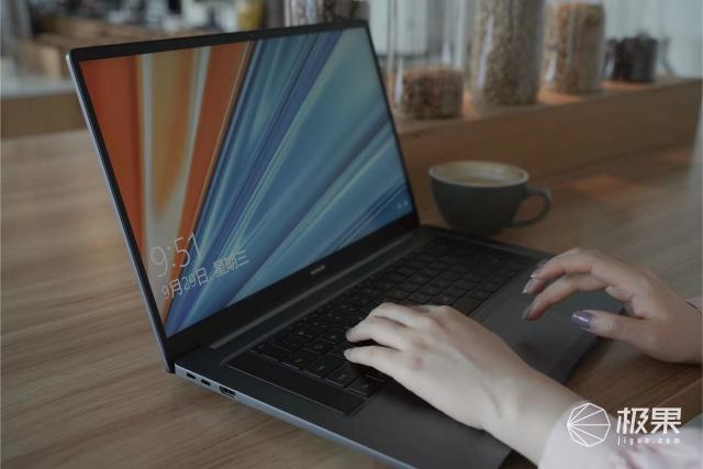 时髦精玩转职场的武器!超薄笔记本无惧超负荷,多线程工作从容优雅