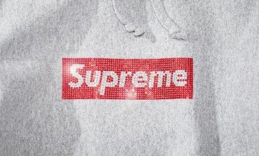 「新东西」闪到瞎眼!Supreme 推出25周年纪念帽衫,Logo竟是水晶造……