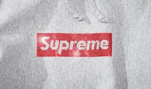「新東西」閃到瞎眼!Supreme 推出25周年紀念帽衫,Logo竟是水晶造……