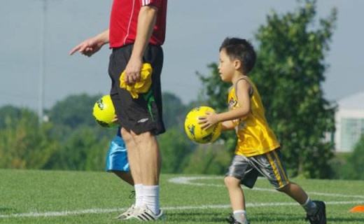 Molten 4號低彈足球:手縫PU材質,耐熱抗老化,室內踢球首選