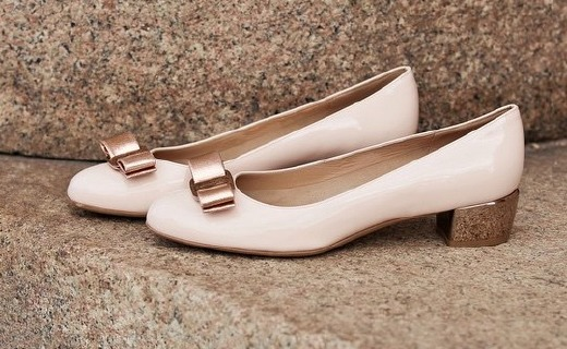 菲拉格慕VARA粗跟鞋:牛皮內里超舒適,手工打造可珍藏