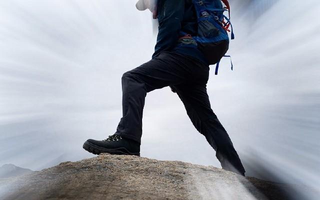 零磨合上脚登山实测,斯丽?#36335;?#27700;登山中帮鞋