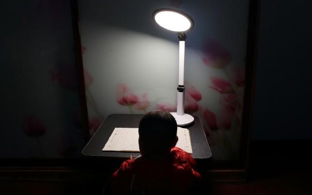 呵护孩子的明眸 | 孩视宝VL225A大面积柔光台灯轻体验