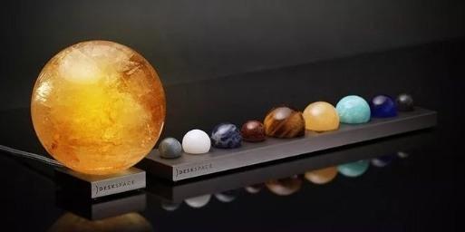 超科幻!外國小哥用寶石,打造出了桌面上的太陽系...
