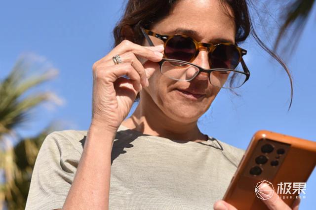 传统眼镜终于被颠覆!科幻液晶镜片,墨镜、近视、远视一键变换