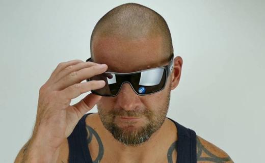 歐克利Turbine黑色鍍膜太陽鏡:大面積鏡片視野開闊,純黑百搭配色
