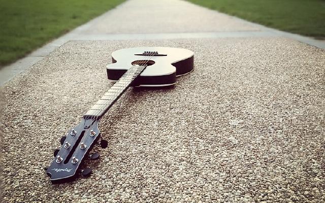 有了這智能吉他,從不識譜到能彈曲也就分分鐘的事