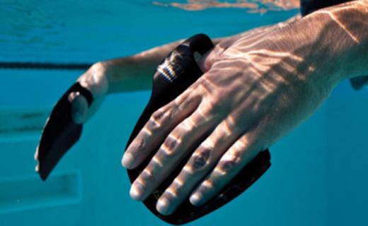 斐尼斯Instinct撥水水掌:增大手掌劃水面積,初學者游泳更輕松