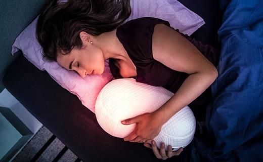 這個神奇的機器枕頭,抱著它就能解決失眠問題