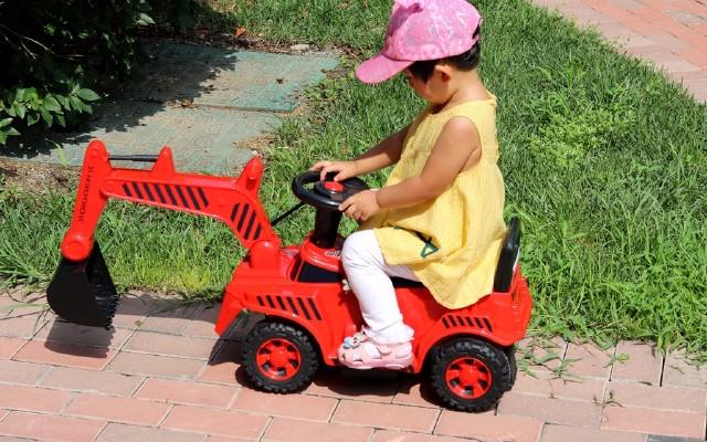 QBORN兒童挖掘機,可操控挖臂挖斗,電動油門安全防撞