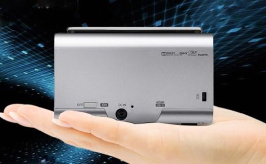 LG投影仪:反射镜头呈现?#25913;?#24433;像,轻盈小巧方便携带