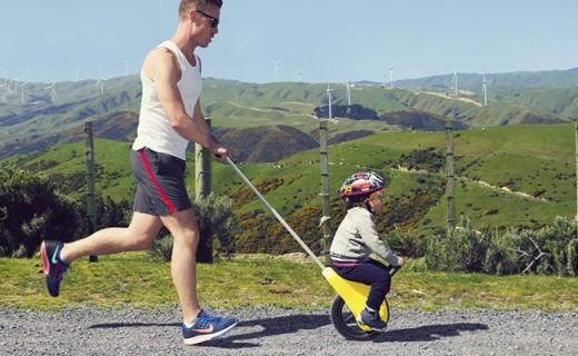 腦洞設計師發明獨輪推車,這才是帶熊孩子的正確方式!
