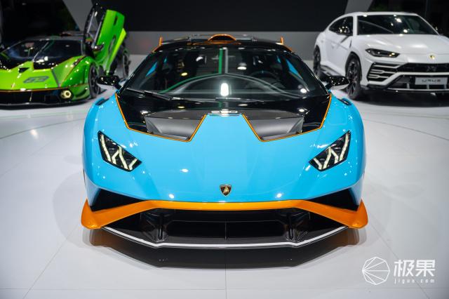 兰博基尼三款新车亮相车展!赛道超跑也能上路……