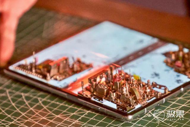 硬核脑洞致引力消失?我们用华为折叠屏造了座赛博未来城(附金属感大片)