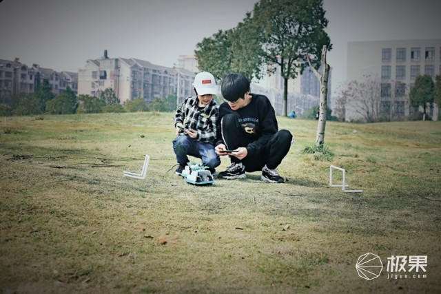 """为足球快感而生!上阵父子在家精彩演绎""""英超""""戴帽大逆转。"""