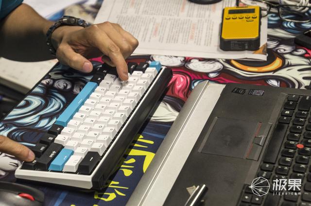 三模连四机、指尖轻巧舞:杜伽K330W机械键盘
