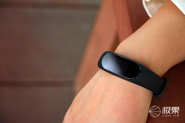 彩屏加NFC,手环还能和音箱搭配使用?黑加手环遇上天猫精灵