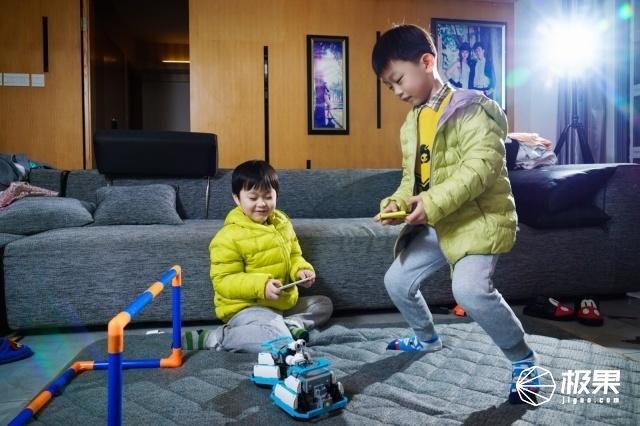 轻松射门得分!秀翻全场的足球机器人,还是家庭亲子神器!