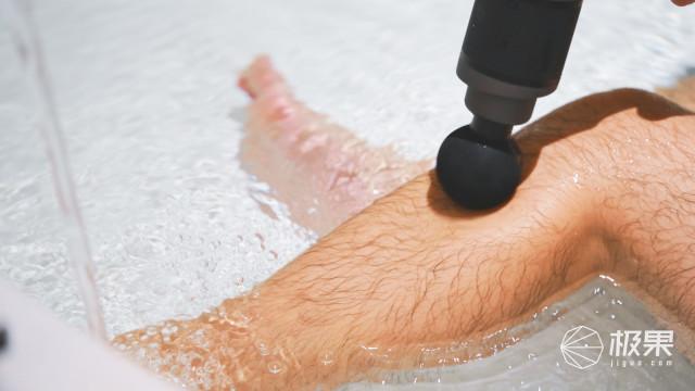 这也行?边洗澡边震动,这把防水筋膜枪与众不同