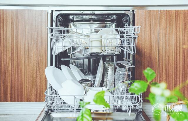 京品评测丨开门烘干容量大,双微蒸气洗无残留,厨居一体化的洗碗机有多方便?