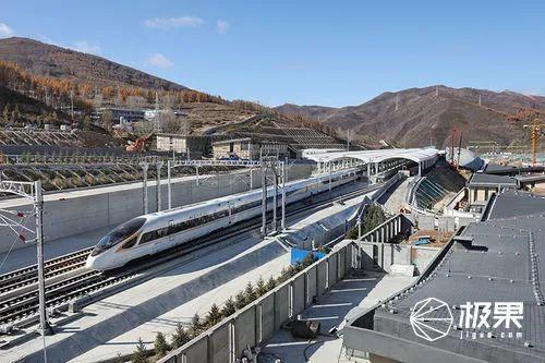 """全球最快""""陸地巡洋艦""""!首列智能高鐵來了,這是離我想象中2020最近的一次...."""