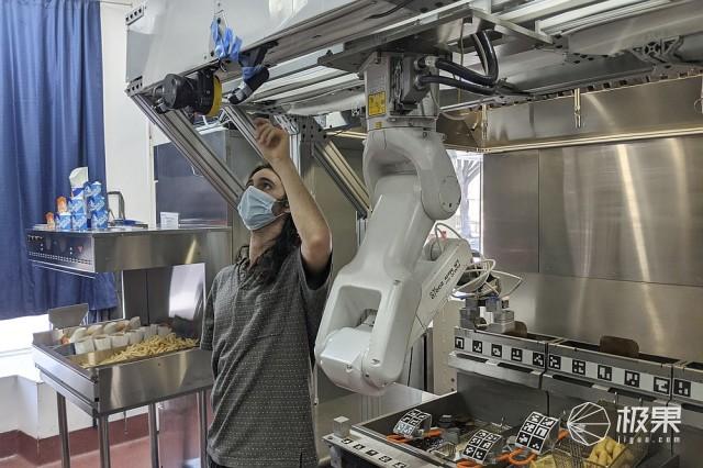烹饪机器人Flippy在美流行,可用于炸薯条或烹饪其他食物