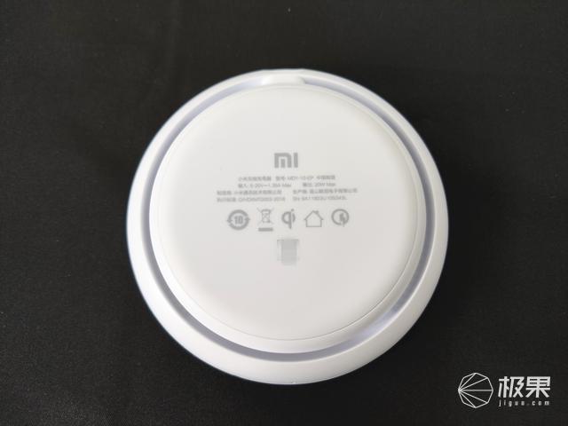 快速无线闪充,独立静音风扇,Qi充电标准的小米无线充电器