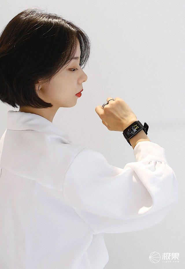 轻松搞定N个反差女神?荣耀手表ES解锁时尚潮能力治愈你的假日综合症(附视频)