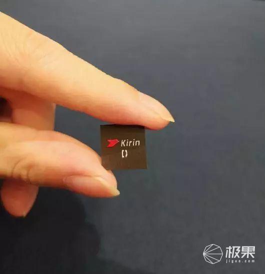 「新东西」7nm工艺!麒麟810实体芯片上手把玩,但更爽的是这个……