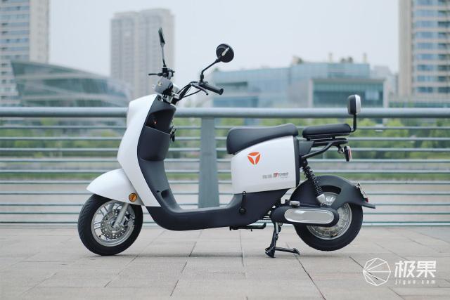 两轮自驾穿越城市,高颜值电动车坐出沙发般享受